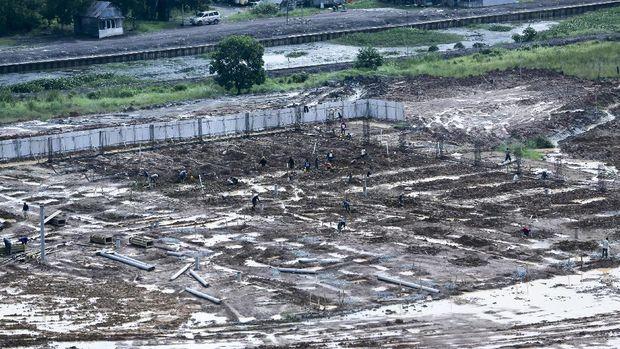 Sejumlah pekerja melakukan pengerjaan pembangunan tiang pondasi  arena Bowling di Jakabaring Sport CIty (JSC), Palembang, Sumatera Selatan, Selasa (24/1). Pemerintah Provinsi Sumatera Selatan  bekerja sama dengan pihak swasta PT Sinar Mas membangun lintasan bowling yang memiliki 40 lintasan dengan luas bangunan lebih kurang 3.600 meter persegi untuk pelaksanaan Asian Games 2018 nanti. ANTARA FOTO/Nova Wahyudi/pd/17