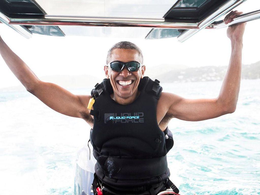 Bermain Kitesurfing di Karibia, Obama Semringah Banget