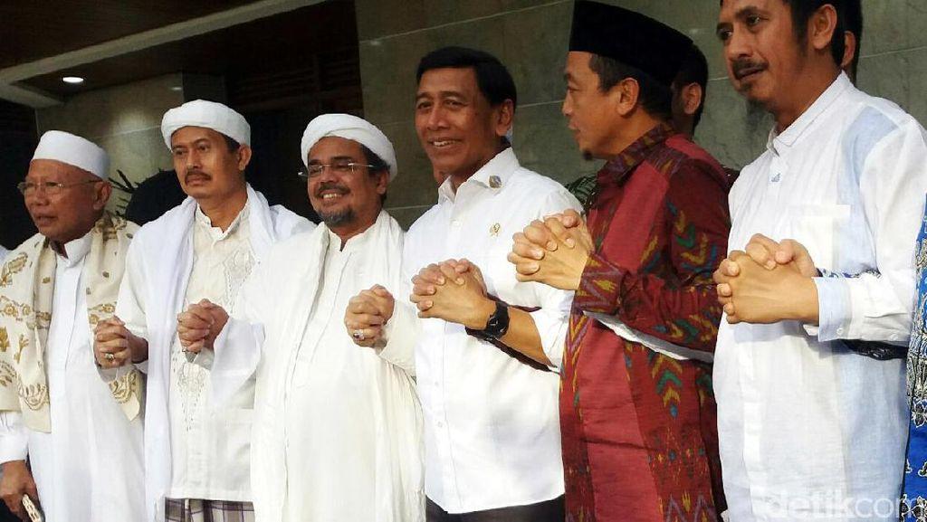 Habib Rizieq Gandengan Tangan dengan Wiranto