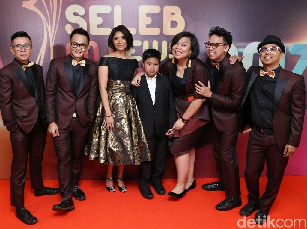 Keep Smile! Pose Project Pop Bersama Istri dan Putra Alm Oon