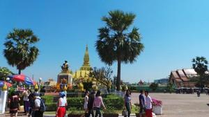 Berkeliling Komplek Stupa Emas Pha That Luang Laos