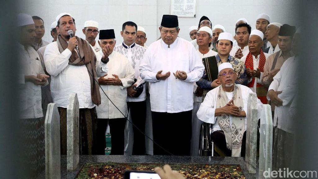 SBY Ziarah dan Salat Jumat di Masjid Al-Riyadh