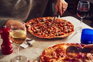 Restoran Ini Sediakan Love Booth untuk Santap Pizza Berdua