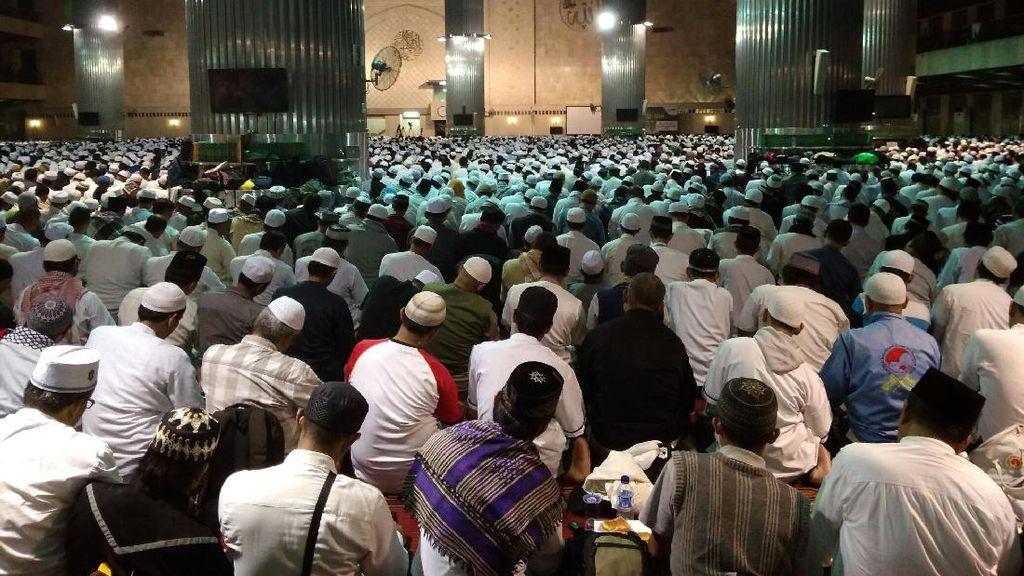 Massa Aksi 112 Gelar Salat Tahajud Berjamaah