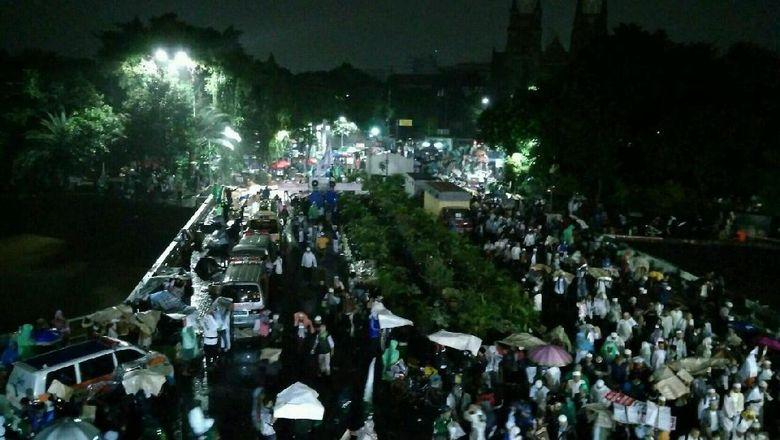 Meski Hujan, Massa Aksi 112 Terus Padati Masjid Istiqlal