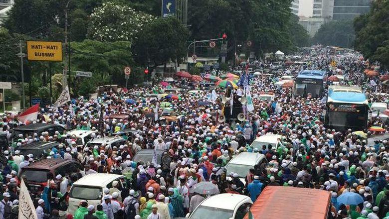 Membeludak, Begini Penampakan Massa Aksi 112 di Depan Gambir