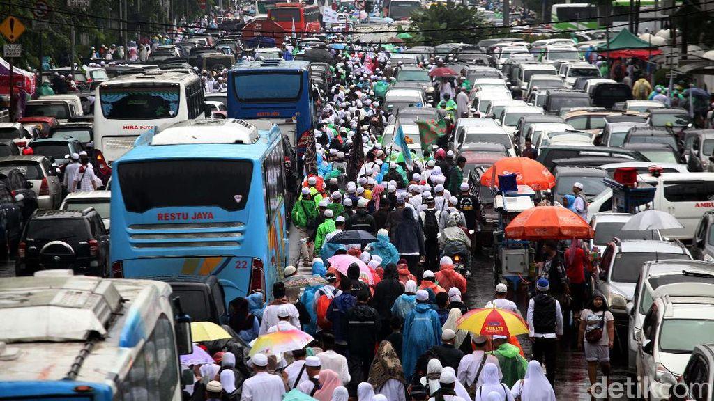 Massa Aksi 112 Membeludak Hingga ke Jalan