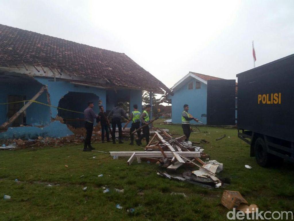 Polisi Bersihkan Puing Pos TNI AU Ujung Genteng yang Dirusak Massa