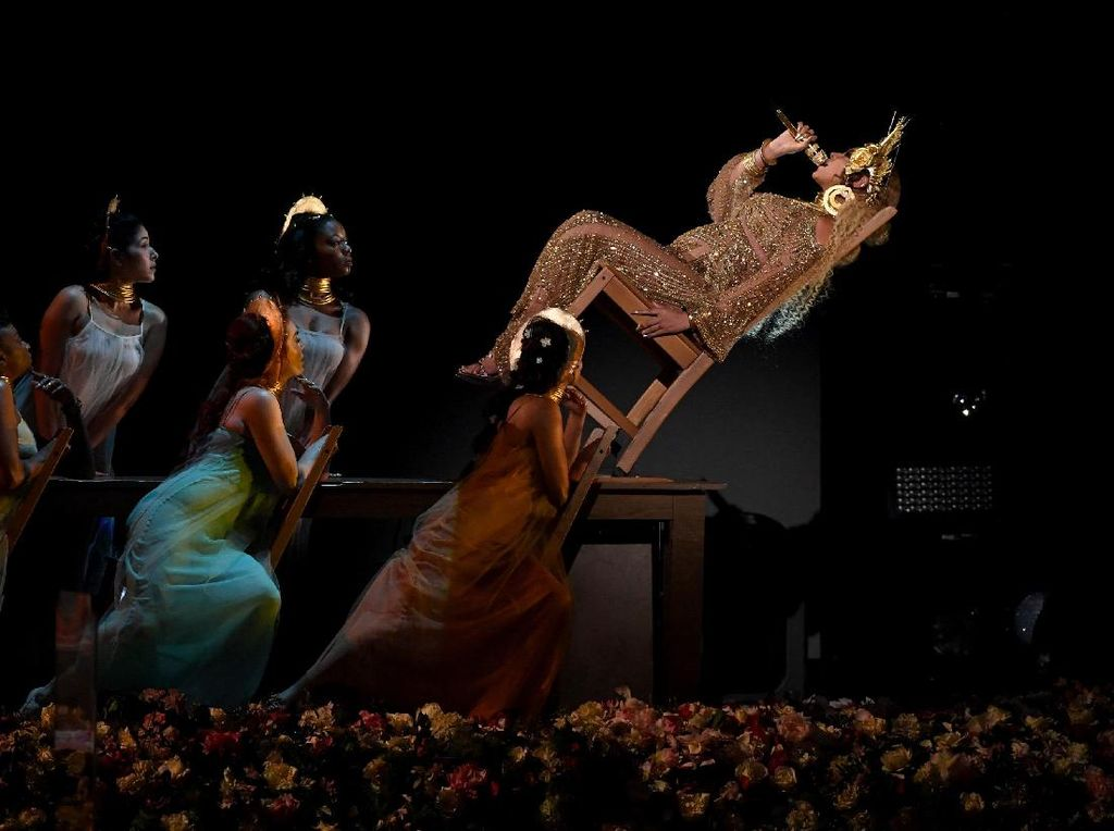 Hamil Anak Kembar, Beyonce Duduk Miring 45 Derajat di Panggung Grammys