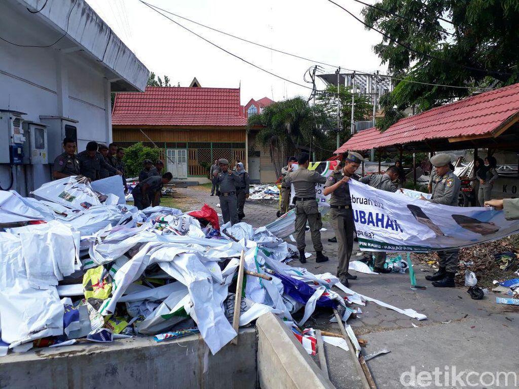 Satpol PP Copot Ribuan Alat Peraga Kampanye di 12 Kecamatan di Bekasi