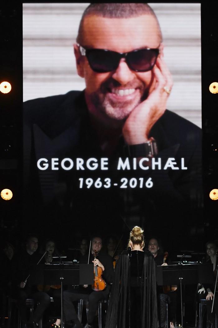 Adele membawakan lagu dari George Michael di atas panggung Grammy Awards 2017, di California, AS pada Minggu (12/2/2017) waktu setempat. Kevin Winter/Getty Images for NARAS