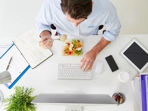 Tak Fokus, Makan Siang Sambil Nonton <i>YouTube</i> Bisa Bikin Gemuk