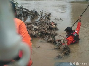 Ibu dan Anak Diduga Bunuh Diri Lompat ke Sungai Cipunagara Subang