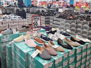 Berbagai Alas Kaki Diskon Hingga 50% di Transmart Carrefour