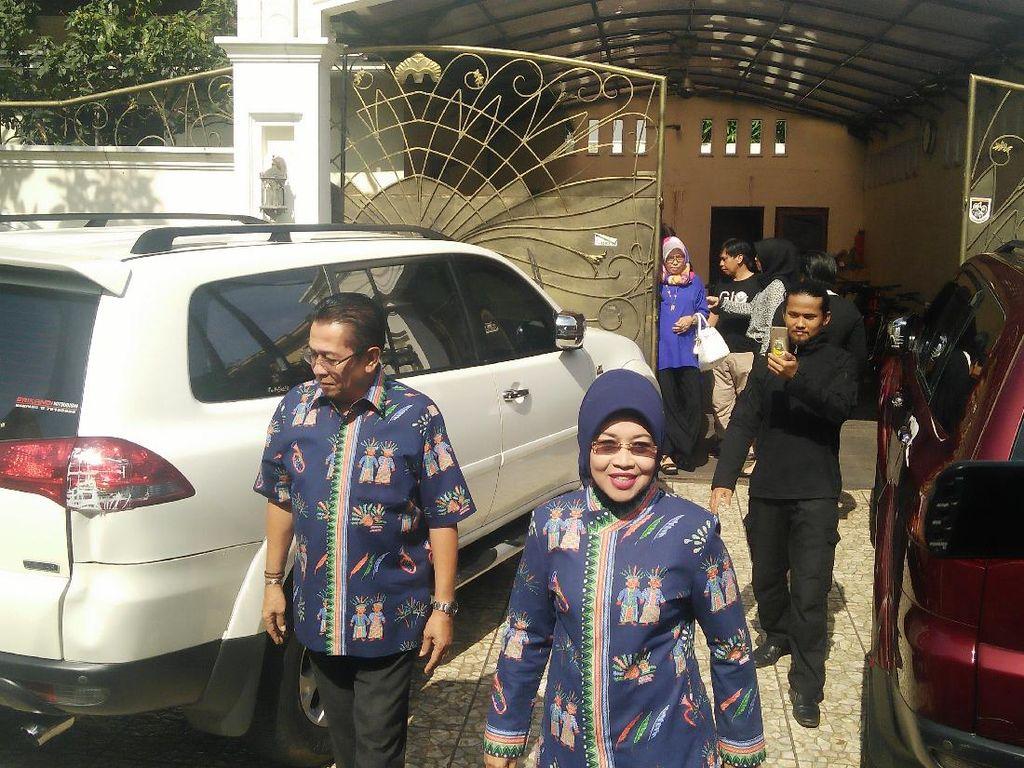 Bareng Anak dan Cucu, Sylviana Berangkat ke TPS di Duren Sawit