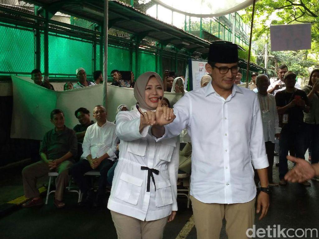 Stylish Berkemeja Putih ala Nur Asia, Istri Sandiaga Uno di TPS