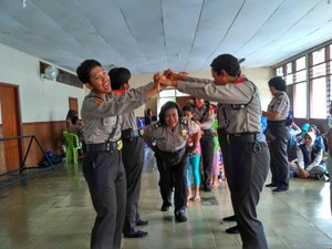 Serunya, Polwan Ajak Bocah Korban Banjir Main Ular Naga