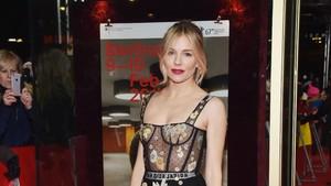 Seksi! Sienna Miller Bergaun Tembus Pandang di Premier The Lost City of Z