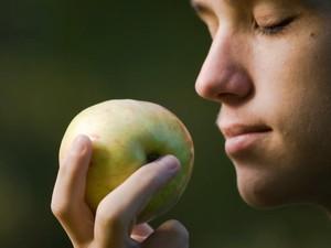 Menciumi Apel dan Tidur Dalam Gelap Bisa Bantu Turunkan Berat Badan, Mau Coba?