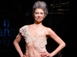 Ketika Survivor Kanker Payudara Jadi Model Lingerie di New York Fashion Week