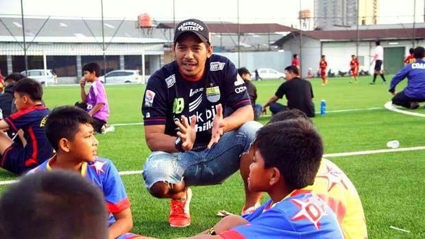 Supriyono bersama pemain cilik SSB Bintang Primavera Bandung