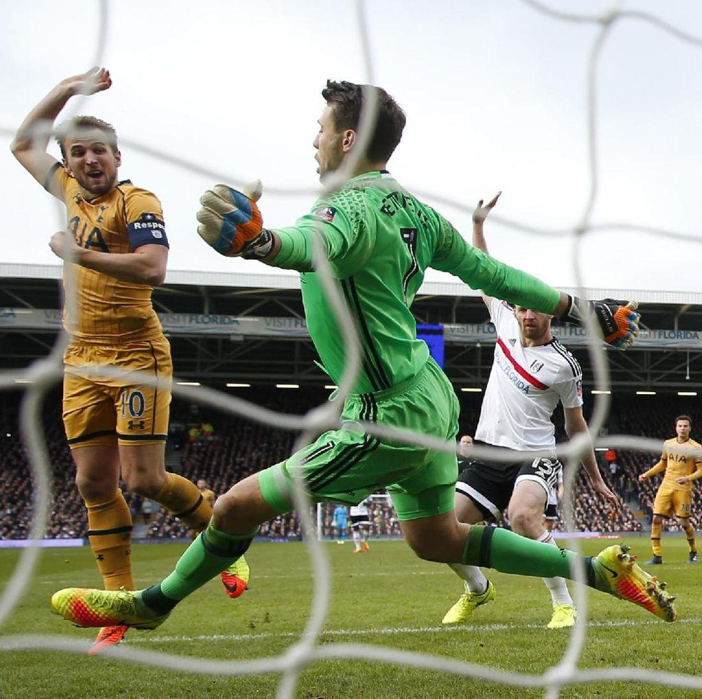 <i>Hat-trick</i> Kane Loloskan Spurs ke Perempatfinal