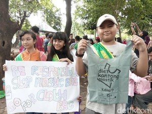 Peringati Hari Peduli Sampah, Warga Diajak Diet Kantong Plastik