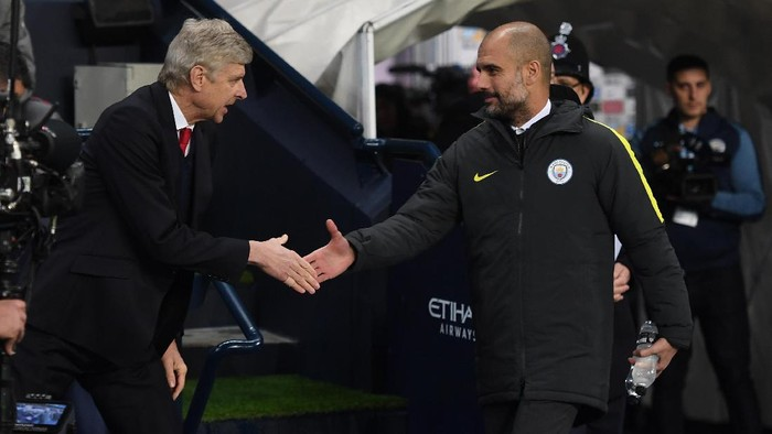 MANCHESTER, ENGLAND - DECEMBER 18:  Arsene Wenger, Manager of Arsenal (L) and Josep Guardiola, Manager of Manchester City (R) shake hands prior to kick off during the Premier League match between Manchester City and Arsenal at the Etihad Stadium on December 18, 2016 in Manchester, England.  (Photo by Michael Regan/Getty Images)