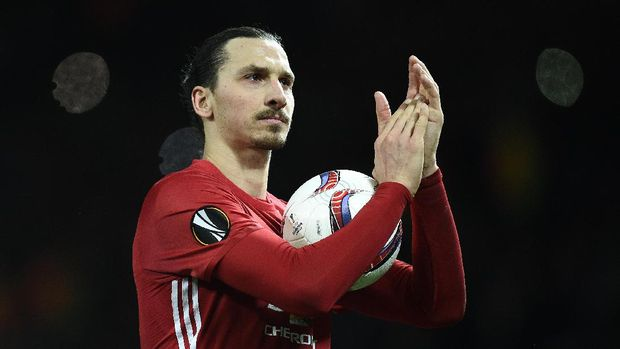 Manchester United's Swedish striker Zlatan Ibrahimovic applauds the fans following the UEFA Europa League Round of 32 first-leg football match between Manchester United and Saint-Etienne at Old Trafford stadium in Manchester, north-west England, on February 16, 2017.Manchester United won the match 3-0. / AFP PHOTO / Oli SCARFF