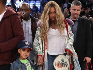 Foto: Gaya <i>Stylish</i> Beyonce Berkimono Gucci di NBA All-Star Game