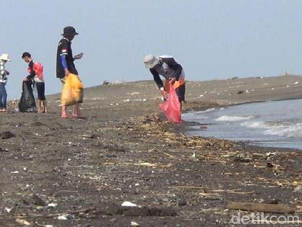 Hari Peduli Sampah, Komunitas Bromo Lover Bersih-bersih Pantai Duta