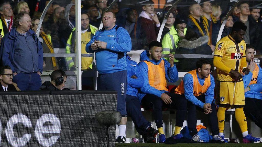 Wayne Shaw pun Menikmati Pai Saat Sutton Melawan Arsenal