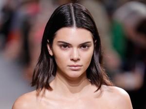 Ngeri! Kendall Jenner Facial dengan Biang Es & Aseton untuk Cegah Jerawat