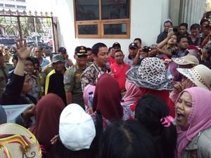Sikap Wali Kota Semarang Saat Didemo Ratusan Pedagang di Kantornya