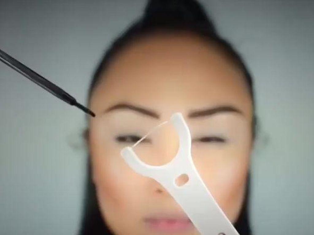 Cara Mudah Pakai Eyeliner dengan Benang Gigi