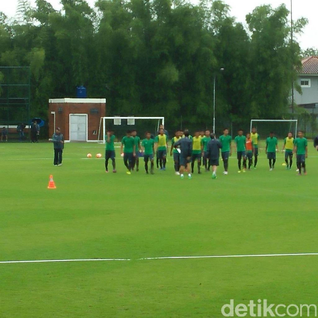 Di Bawah Guyuran Hujan, Luis Milla Gelar Latihan Pertama Timnas U-22