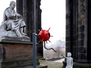 Patung Mirip Buatan Banksy Tiba-tiba Muncul di Monumen Edinburgh
