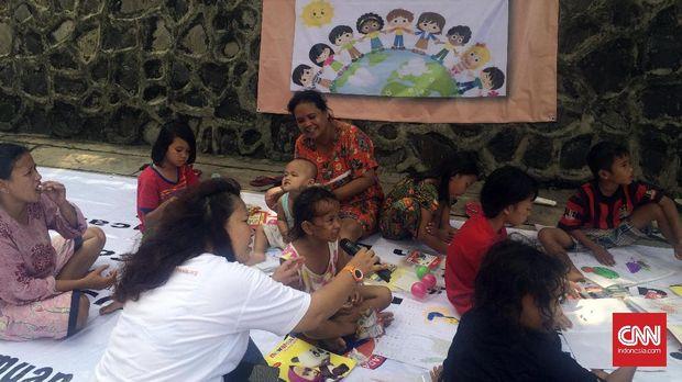 Anak-anak korban banjir di Cipinang Melayu tampak antusias memanfaatkan taman bacaan sebagai sarana bermain dan belajar yang terdapat di areal sekitar Posko penanganan banjir di Universitas Borobudur.