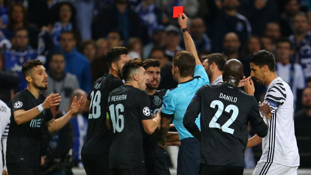 Dikartu Merah Saat Lawan Juventus, Alex Telles Minta Maaf