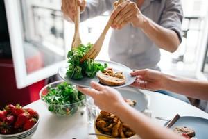 Pria Ini Paksa Pacarnya Makan Lebih Banyak dan Janjikan Hadiah Tas Louis Vuitton