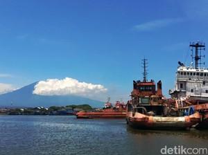 Lukisan Alam Gunung Ciremai Dari Pantai Kejawanan di Cirebon