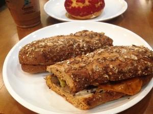 Caribou: Bersantai Menikmati <i>Steak Sandwich</i> Enak Bersama <i>Turtle Mocha</i>