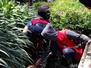 30 Menit, Tim Gorong-gorong Bersihkan Selokan Kotor Dekat Balkot Bandung