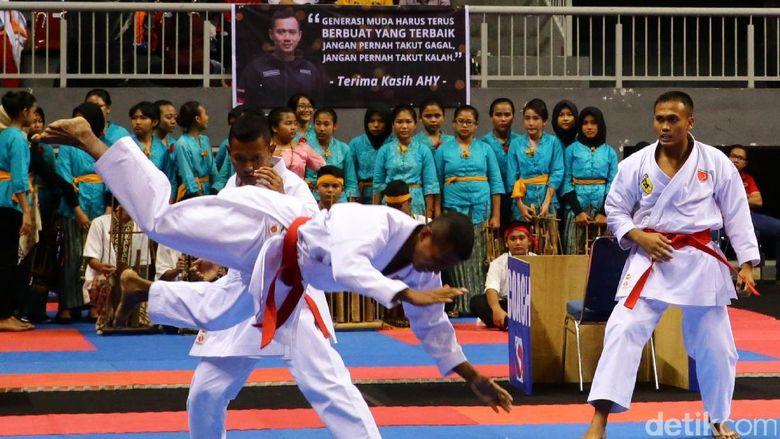 Seorang peserta berhasil menjatuhkan lawannya saat bertanding di Asia Karate Championship SBY Cup XIV 2017.