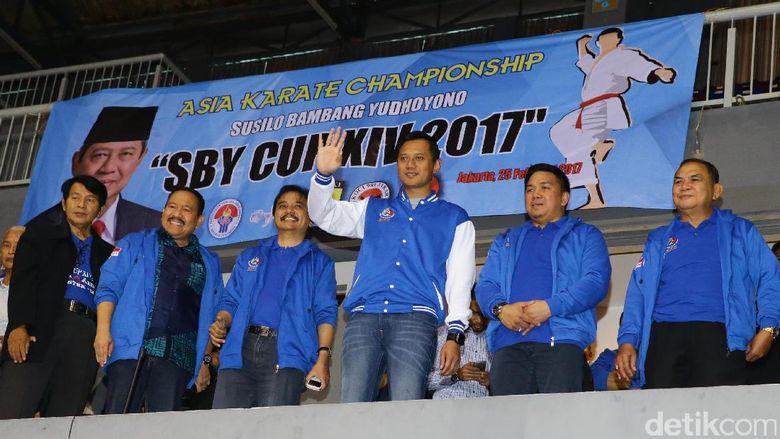 Putra sulung Presiden ke-6 RI Susilo Bambang Yudhoyono itu melambaikan tangan untuk menyapa peserta kejuaraan karate.