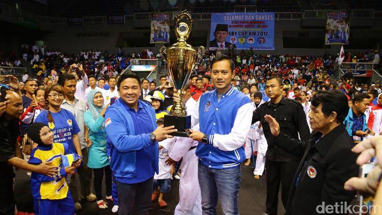 Agus menyerahkan piala SBY Cup kepada penyelenggara.