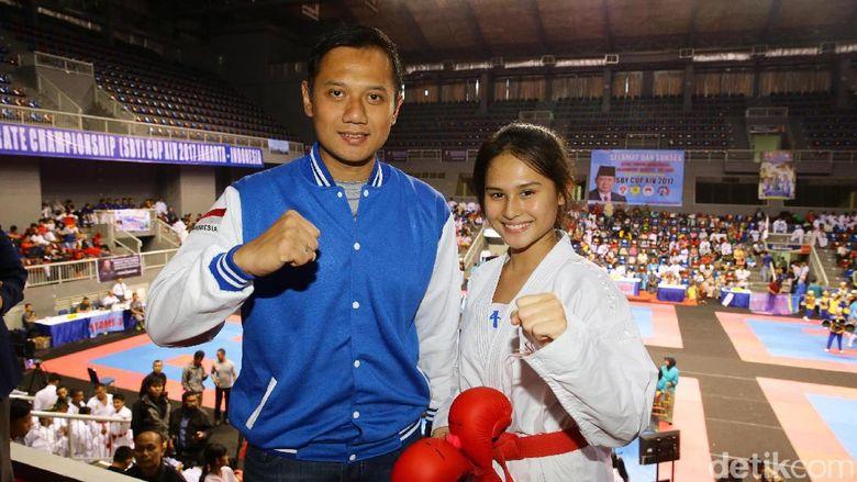Agus foto bersama Juara 1 Komite Putri 2015 World Karatedo Federation Competition, Ceyco Georgia Zefanya