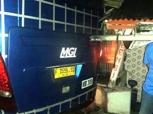 Bus Seruduk Pohon hingga Rumah di Sukabumi, Belasan Orang Terluka