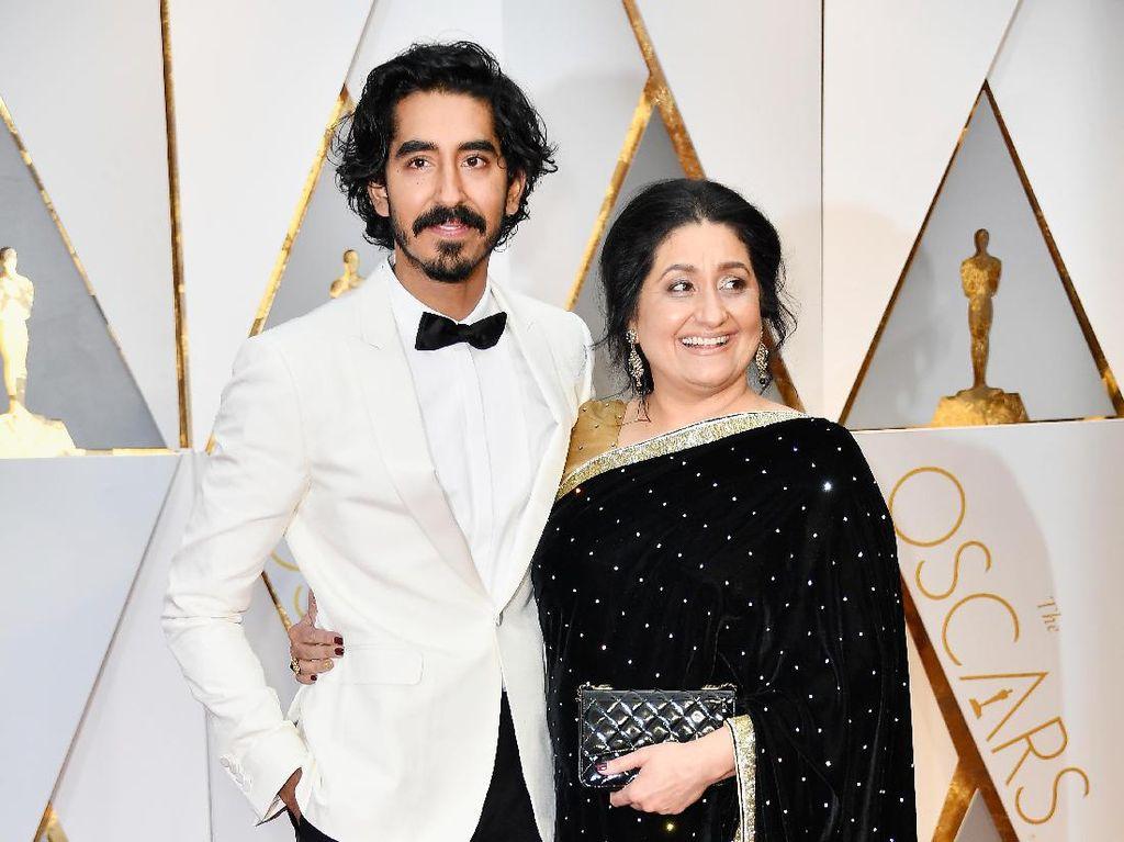 So Sweet, Para Aktor Tampan Gandeng Mesra Ibunda di Oscar 2017