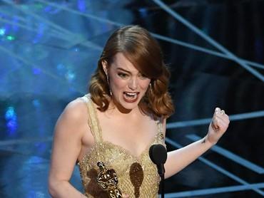 Emma Stone pun berhasil memenangi piala pertamanya di Oscar lewat kategori Best Actress. Kevin Winter/Getty Images
